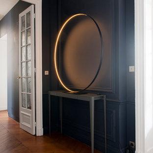 Стильный дизайн: коридор среднего размера в современном стиле с синими стенами и паркетным полом среднего тона - последний тренд