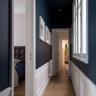 Großer Klassischer Flur mit schwarzer Wandfarbe, hellem Holzboden und beigem Boden in Paris