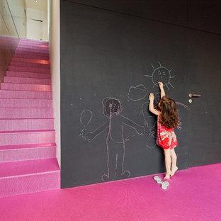Неиссякаемый источник вдохновения для домашнего уюта: коридор среднего размера в современном стиле с черными стенами, ковровым покрытием и розовым полом