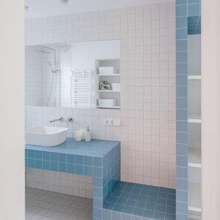 Imagen de cuarto de baño actual con baldosas y/o azulejos azules, baldosas y/o azulejos blancos, lavabo sobreencimera, encimera de azulejos, suelo blanco y encimeras azules