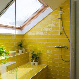 Foto di una stanza da bagno scandinava con doccia alcova, piastrelle gialle, piastrelle diamantate, pareti gialle e pavimento grigio