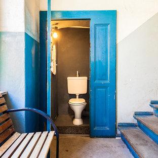 Foto de cuarto de baño mediterráneo con sanitario de dos piezas, paredes grises y suelo gris