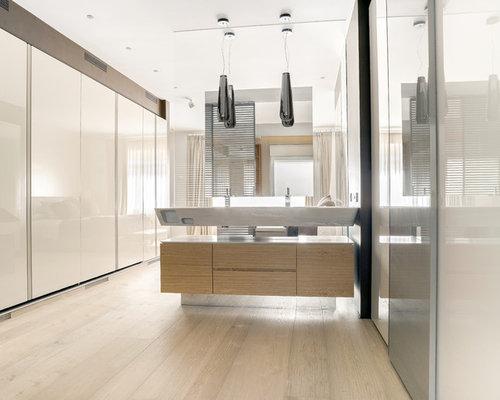 imagen de cuarto de bao con ducha moderno grande con armarios con paneles