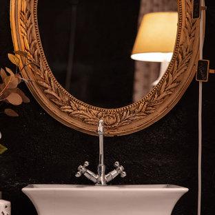 Idee per un'ampia stanza da bagno padronale bohémian con consolle stile comò, ante bianche, doccia a filo pavimento, WC monopezzo, piastrelle nere, piastrelle in ardesia, pareti bianche, pavimento in ardesia, lavabo a bacinella, top in legno, pavimento nero, doccia con tenda e top marrone