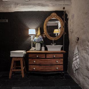 Esempio di una grande stanza da bagno padronale bohémian con consolle stile comò, ante bianche, doccia doppia, WC monopezzo, piastrelle nere, piastrelle in ardesia, pareti bianche, pavimento in ardesia, lavabo a bacinella, top in legno, pavimento nero, doccia con tenda e top marrone