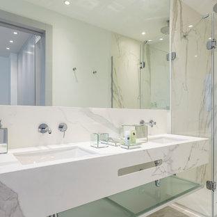 Idee per una stanza da bagno padronale classica di medie dimensioni con zona vasca/doccia separata, WC monopezzo, lastra di pietra, pareti bianche, lavabo da incasso e porta doccia a battente