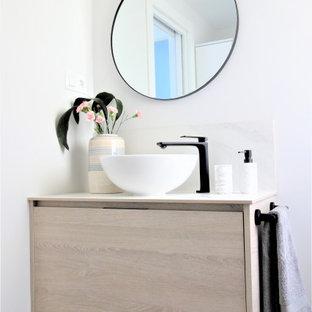 Foto de cuarto de baño con ducha, actual, de tamaño medio, con armarios con paneles lisos, puertas de armario beige, paredes blancas, suelo de madera clara, lavabo sobreencimera, suelo beige y encimeras beige