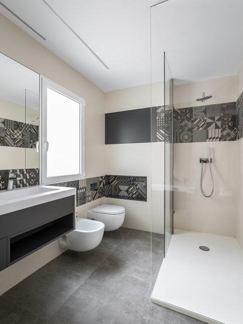 Salle de bain avec des portes de placard noires et un - Porte de placard salle de bain ...