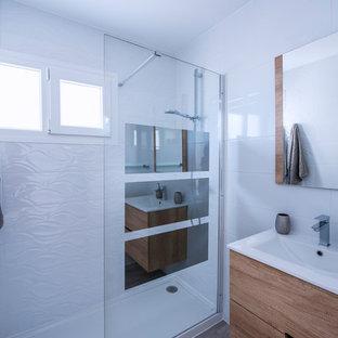 Modelo de cuarto de baño con ducha, marinero, con armarios con paneles lisos, puertas de armario de madera oscura, ducha esquinera, baldosas y/o azulejos blancos, paredes blancas, lavabo tipo consola y ducha abierta