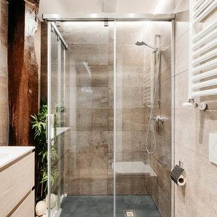 Diseño de cuarto de baño con ducha, contemporáneo, con ducha a ras de suelo, baldosas y/o azulejos beige, ducha con puerta corredera, encimeras blancas, armarios con paneles lisos, puertas de armario de madera clara, sanitario de pared, paredes beige, lavabo integrado y suelo beige