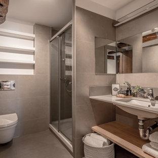 Ejemplo de cuarto de baño actual, grande, con armarios abiertos, ducha empotrada, sanitario de pared, baldosas y/o azulejos grises, baldosas y/o azulejos de porcelana, lavabo bajoencimera, suelo gris, ducha con puerta corredera y encimeras grises