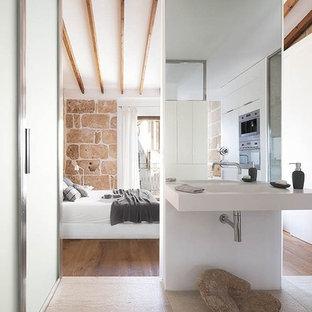 Diseño de cuarto de baño rústico, pequeño, con ducha a ras de suelo, sanitario de pared, baldosas y/o azulejos beige, baldosas y/o azulejos de piedra, paredes beige, suelo de madera en tonos medios y lavabo suspendido