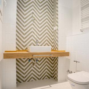 На фото: с невысоким бюджетом главные ванные комнаты среднего размера в стиле лофт с открытыми фасадами, белыми фасадами, душем без бортиков, писсуаром, белой плиткой, керамической плиткой, белыми стенами, бетонным полом, настольной раковиной, столешницей из дерева, белым полом, душем с раздвижными дверями и коричневой столешницей