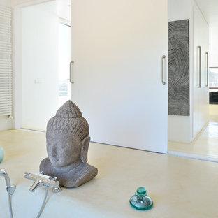 Esempio di una grande stanza da bagno padronale etnica con vasca da incasso, vasca/doccia e pareti bianche