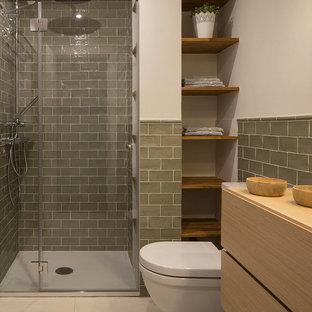 Modern inredning av ett litet en-suite badrum, med skåp i shakerstil, skåp i ljust trä, våtrum, en toalettstol med hel cisternkåpa, grön kakel, keramikplattor, vita väggar, klinkergolv i keramik, ett fristående handfat, träbänkskiva, beiget golv och dusch med skjutdörr