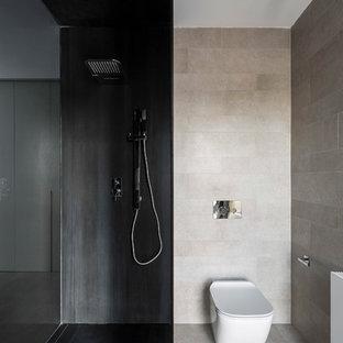 Imagen de cuarto de baño minimalista con sanitario de pared, baldosas y/o azulejos beige, baldosas y/o azulejos negros, suelo beige y ducha abierta