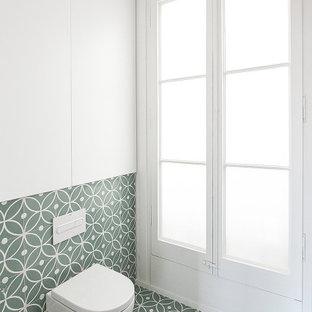 Diseño de cuarto de baño principal, contemporáneo, con ducha a ras de suelo, sanitario de pared, baldosas y/o azulejos verdes, baldosas y/o azulejos de cemento, paredes verdes, suelo de azulejos de cemento, lavabo bajoencimera y suelo turquesa