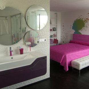 Idee per una grande stanza da bagno per bambini minimal con nessun'anta, ante viola, doccia aperta, WC sospeso, piastrelle bianche, pareti beige, parquet scuro, top in quarzo composito, pavimento marrone, porta doccia a battente e top bianco