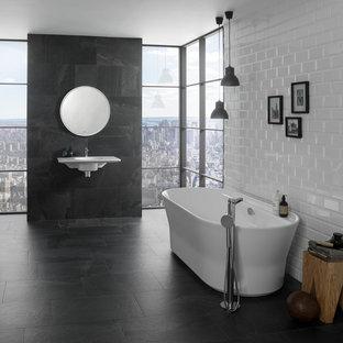 Diseño de cuarto de baño principal, contemporáneo, grande, con bañera exenta, baldosas y/o azulejos grises, baldosas y/o azulejos de cerámica, paredes blancas, lavabo suspendido, suelo gris y combinación de ducha y bañera