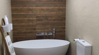 Baño con bañera en isla y lavabo en corian con mobiliario a medida.