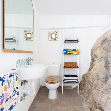 Baño con roca vista