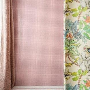 マドリードの大きいミッドセンチュリースタイルのおしゃれなマスターバスルーム (モザイクタイル、モザイクタイル、ピンクの床) の写真