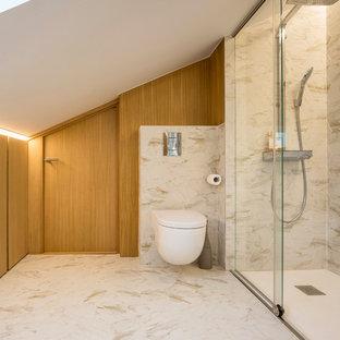 Ejemplo de cuarto de baño con ducha, contemporáneo, con baldosas y/o azulejos de porcelana, ducha esquinera, sanitario de pared, baldosas y/o azulejos grises, paredes marrones y suelo gris