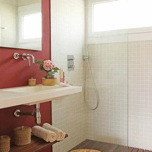 Diseño de cuarto de baño con ducha, mediterráneo, con armarios abiertos, ducha abierta, paredes rojas, lavabo integrado, suelo naranja, ducha abierta, encimeras blancas y baldosas y/o azulejos beige