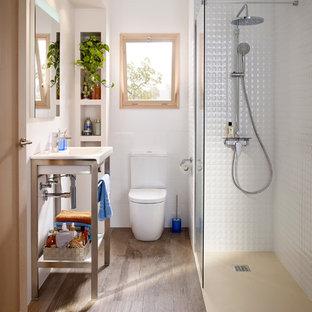 Diseño de cuarto de baño con ducha, contemporáneo, pequeño, con armarios abiertos, ducha esquinera, sanitario de dos piezas, baldosas y/o azulejos blancos, paredes blancas, suelo de madera oscura, lavabo tipo consola y ducha abierta