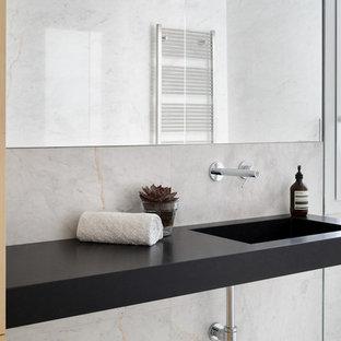 Salle de bain moderne avec du carrelage en marbre : Photos ...
