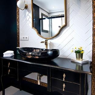 Неиссякаемый источник вдохновения для домашнего уюта: ванная комната в стиле современная классика с черными фасадами, душем без бортиков, инсталляцией, белой плиткой, керамической плиткой, черными стенами, полом из керамической плитки, настольной раковиной, столешницей из дерева, белым полом, душем с раздвижными дверями и черной столешницей
