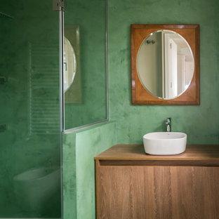 マドリードのコンテンポラリースタイルのおしゃれなマスターバスルーム (緑のタイル、セメントタイル、緑の壁、コンクリートの床、ベッセル式洗面器、ラミネートカウンター、緑の床、開き戸のシャワー) の写真