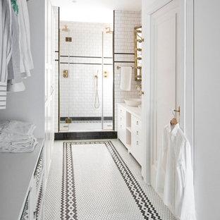 Ejemplo de cuarto de baño principal, tradicional, grande, con baldosas y/o azulejos blancos, paredes blancas, suelo con mosaicos de baldosas, suelo blanco, armarios con paneles lisos y puertas de armario blancas
