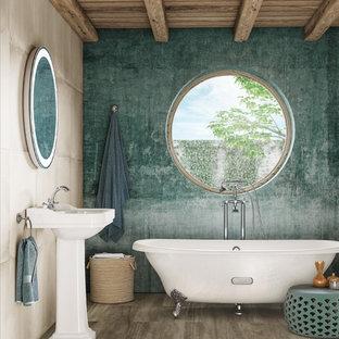 Foto di una stanza da bagno tradizionale con ante bianche, vasca con piedi a zampa di leone, pareti blu, lavabo a colonna e top bianco