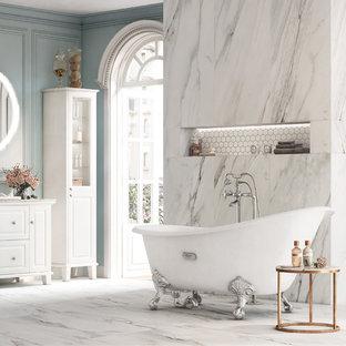Diseño de cuarto de baño principal, clásico renovado, con armarios estilo shaker, puertas de armario blancas, bañera con patas, ducha a ras de suelo, baldosas y/o azulejos blancos, suelo blanco, ducha abierta y encimeras grises