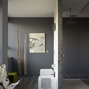 Ejemplo de cuarto de baño con ducha, contemporáneo, de tamaño medio, con sanitario de una pieza, baldosas y/o azulejos negros, baldosas y/o azulejos grises, baldosas y/o azulejos blancos, baldosas y/o azulejos de cerámica, paredes grises, suelo de madera pintada y ducha a ras de suelo