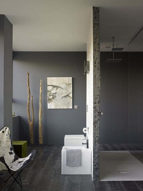 Badezimmer mit gebeiztem holzboden und grauen fliesen - Badezimmer mit grauen fliesen ...