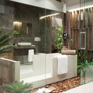 Immagine di una stanza da bagno con doccia tropicale con vasca giapponese, zona vasca/doccia separata, piastrelle grigie, pareti grigie, lavabo a bacinella, pavimento beige e porta doccia scorrevole
