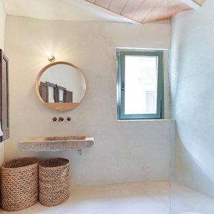 Diseño de cuarto de baño con ducha, mediterráneo, de tamaño medio, con ducha abierta, paredes beige y lavabo suspendido