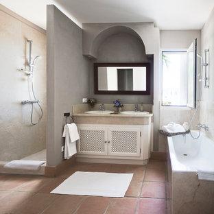 Стильный дизайн: главная ванная комната среднего размера в стиле кантри с накладной раковиной, белыми фасадами, открытым душем, полом из терракотовой плитки, накладной ванной, серыми стенами, мраморной столешницей и открытым душем - последний тренд