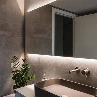 Inredning av ett modernt mellanstort en-suite badrum, med möbel-liknande, grå skåp, våtrum, en toalettstol med hel cisternkåpa, grå kakel, keramikplattor, grå väggar, klinkergolv i keramik, ett fristående handfat, grått golv och dusch med skjutdörr