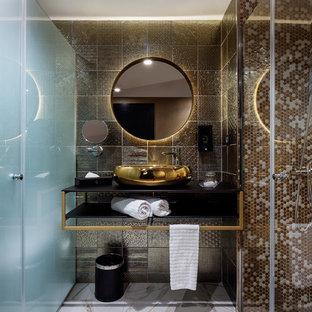 Ejemplo de cuarto de baño contemporáneo con armarios abiertos, baldosas y/o azulejos marrones, baldosas y/o azulejos blancos, lavabo sobreencimera, suelo beige, ducha con puerta con bisagras y encimeras negras