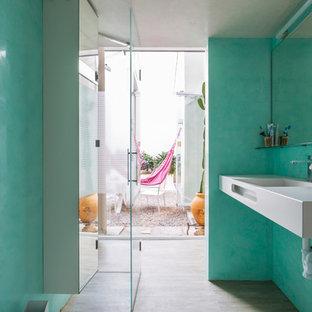 Ejemplo de cuarto de baño con ducha, mediterráneo, con paredes azules, encimeras blancas, ducha a ras de suelo, lavabo integrado y ducha con puerta con bisagras