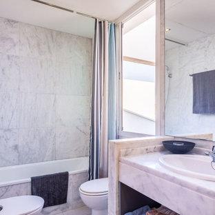 Foto de cuarto de baño contemporáneo con bañera empotrada, combinación de ducha y bañera, baldosas y/o azulejos blancos, lavabo encastrado, suelo blanco, ducha con cortina y encimeras blancas