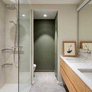 Diseño de cuarto de baño escandinavo con armarios con paneles lisos, puertas de armario de madera oscura, suelo gris, encimeras blancas, ducha abierta, baldosas y/o azulejos beige, paredes verdes, lavabo bajoencimera y ducha abierta