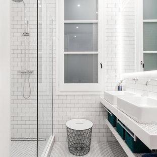 Imagen de cuarto de baño principal, contemporáneo, con ducha esquinera, baldosas y/o azulejos blancos, baldosas y/o azulejos de cemento, paredes azules, suelo con mosaicos de baldosas, lavabo tipo consola, encimera de azulejos, suelo blanco y ducha abierta