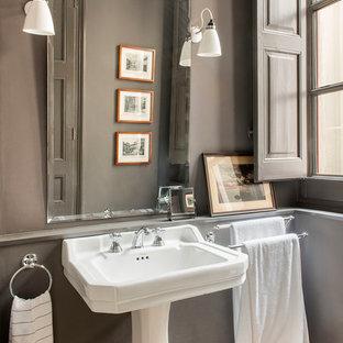 Ejemplo de cuarto de baño tradicional con paredes grises, lavabo con pedestal y suelo multicolor