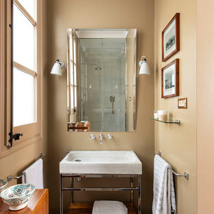 Foto de cuarto de baño clásico renovado, pequeño, con armarios abiertos, paredes marrones, lavabo tipo consola y suelo marrón