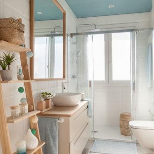 Ejemplo de cuarto de baño con ducha, nórdico, con armarios con paneles lisos, puertas de armario beige, ducha empotrada, baldosas y/o azulejos blancos, paredes blancas, lavabo sobreencimera, encimera de madera, suelo beige, ducha con puerta corredera y encimeras beige