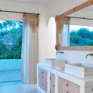 Foto de cuarto de baño tropical con armarios con paneles lisos, puertas de armario de madera oscura, paredes blancas, lavabo sobreencimera, suelo gris y encimeras blancas